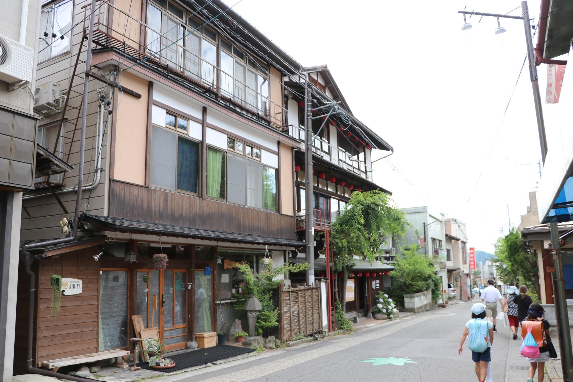 温泉街には改装した宿泊施設が並ぶ。活気を取り戻す拠点に=2018年7月、長野県山ノ内町