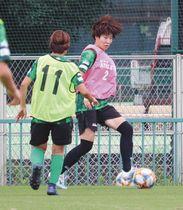 W杯の経験を糧に、チームでの練習に励む遠藤純選手(右)=川崎市内で