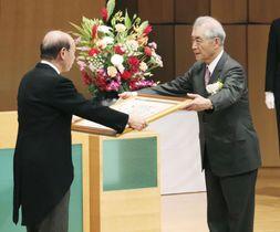 石井隆一富山県知事(左)から賞状を受け取る京都大の本庶佑特別教授=23日午後、富山市
