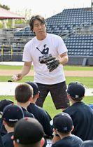 野球教室で子どもたちを指導する松井秀喜氏=14日、ニューヨーク(共同)