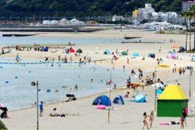 例年に比べ、客がまばらな須磨海水浴場=9日午後、神戸市須磨区(撮影・吉田敦史)