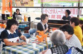 カフェで談笑する市民ら=鹿屋市役所