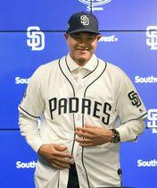 入団記者会見で笑顔を見せる、パドレスのマニー・マチャド内野手=ピオリア(共同)