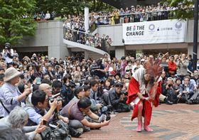 芸歴50周年の公演で、踊りを披露するギリヤーク尼ケ崎さん=8日午後、東京・新宿