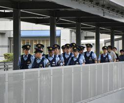 関西空港で警戒する警察官=26日