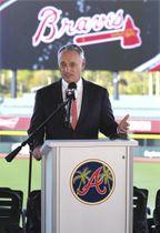 記者会見する米大リーグ機構(MLB)のロブ・マンフレッド・コミッショナー=16日、ノースポート(アトランタ・ジャーナル・コンスティテューション提供、AP=共同)