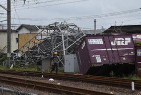 JR延岡駅敷地内の高さ約30メートルの鉄塔にコンテナが衝突し、大きく折れ曲がった=22日午前10時8分、延岡市桜園町