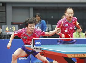混合ダブルスで3連覇を果たした森薗(左)、伊藤組
