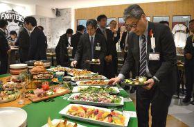 試食会で北海道産の食材を使った料理が並ぶ「ファイターズダイニングロスター」