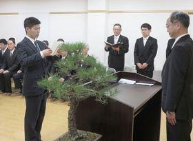 【答辞を述べる卒業生の戸田さん(左)=伊勢市中村町の神宮研修所で】