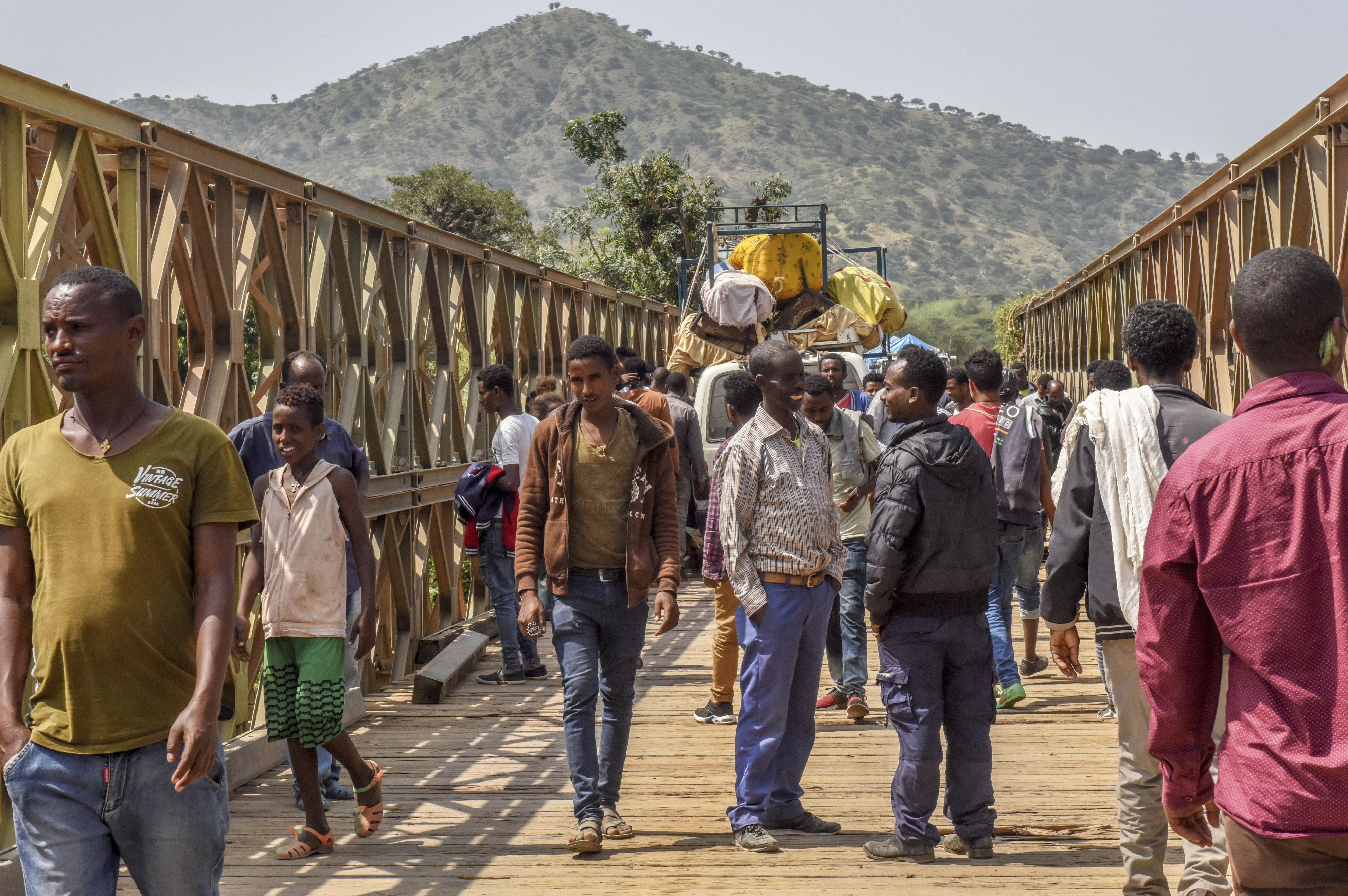 エリトリアとエチオピアの国境の川に架かる橋。多くの住民が20年ぶりの再会を祝い、様子を見に訪れていた=9月(共同)