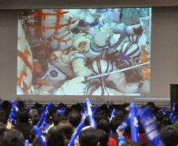 金井宣茂さんの乗ったロケットの映像を見守る、母校の東邦大東邦中・高の生徒ら=17日午後、習志野市(共同)