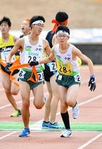 男子・小野の4区河合瑛希(手前左)から5区南山大周にリレーする