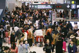 年末年始を海外で過ごした人たちの帰国ラッシュがピークを迎え、混雑する成田空港の到着ロビー=3日午後