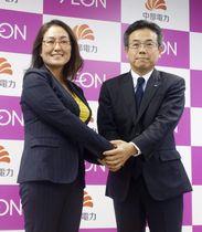 記者会見後、握手するイオンの三宅香執行役(左)と中部電の林欣吾取締役専務執行役員=12日午後、名古屋市