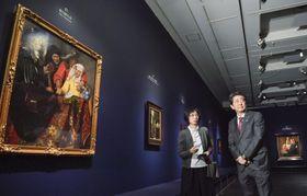フェルメール展を視察する安倍首相=16日夜、東京・上野公園の上野の森美術館(代表撮影)