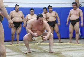 若い衆にすり足の見本を見せる白鵬関=豊田市保見町のトヨタスポーツセンターで