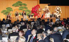 安倍首相夫妻主催の夕食会で披露された能を鑑賞する外国元首ら招待客=23日夜、東京都内