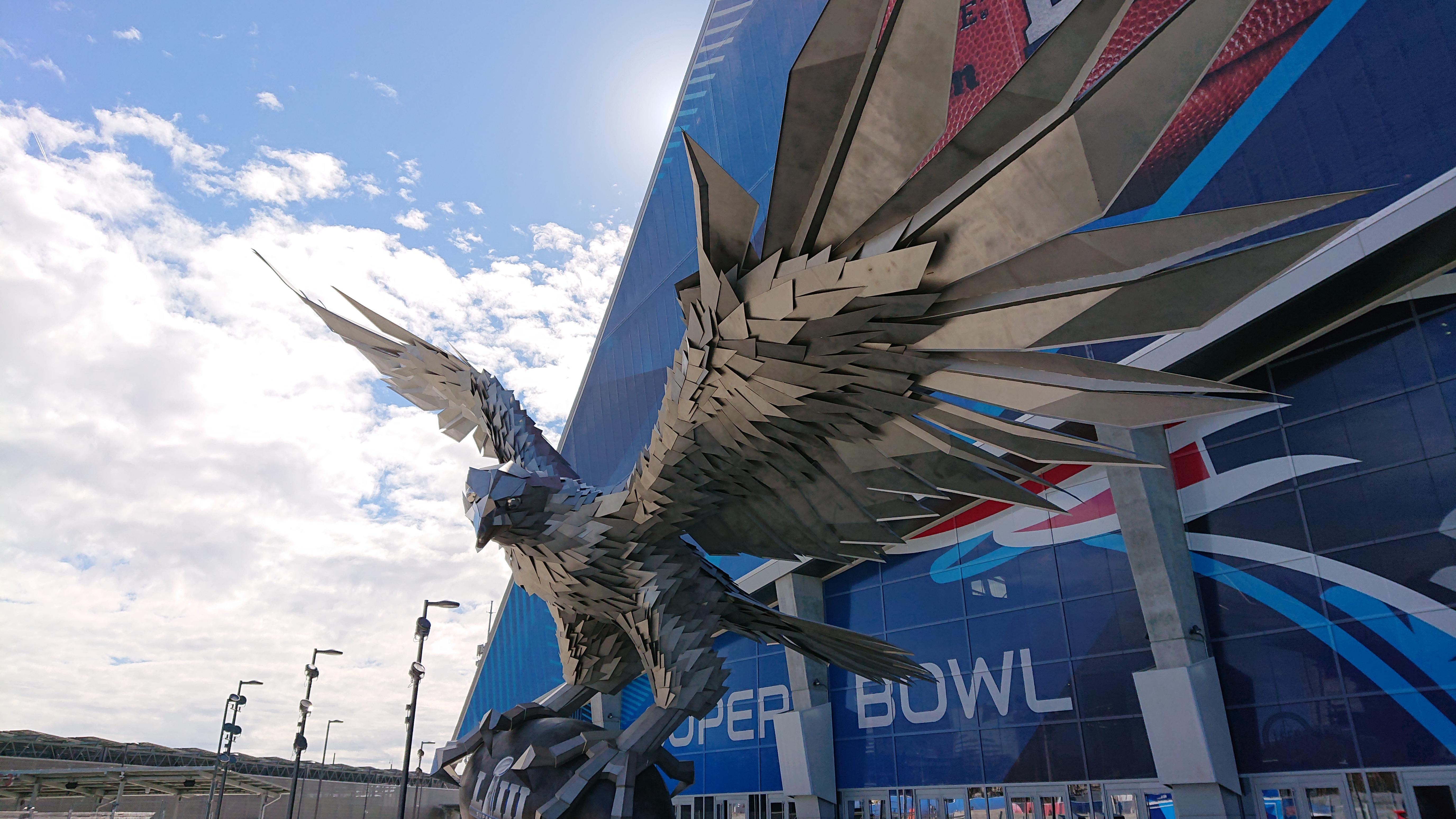 第53回スーパーボウルが開催されたジョージア州アトランタのメルセデスベンツドームには巨大な「ファルコン像」がある=提供・生沢浩さん