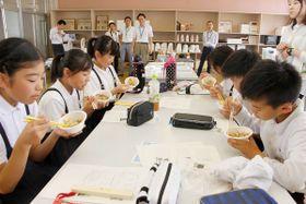 西讃地域に伝わるイリコ飯を試食する児童たち=琴平町榎井、榎井小