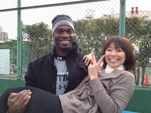 NFLジャパンコンバインで元NFL選手にお姫様だっこされる小西さん