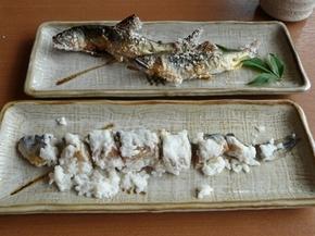 長良川の天然鮎のなれずし(手前)と鵜鮎の塩焼