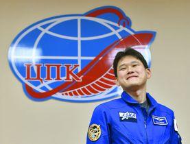 打ち上げ前日の記者会見を終え、笑顔を見せる宇宙飛行士の金井宣茂さん=16日、カザフスタンのバイコヌール(共同)