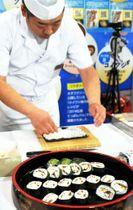 会場で調理が実演されたクロダイの広島菜巻き