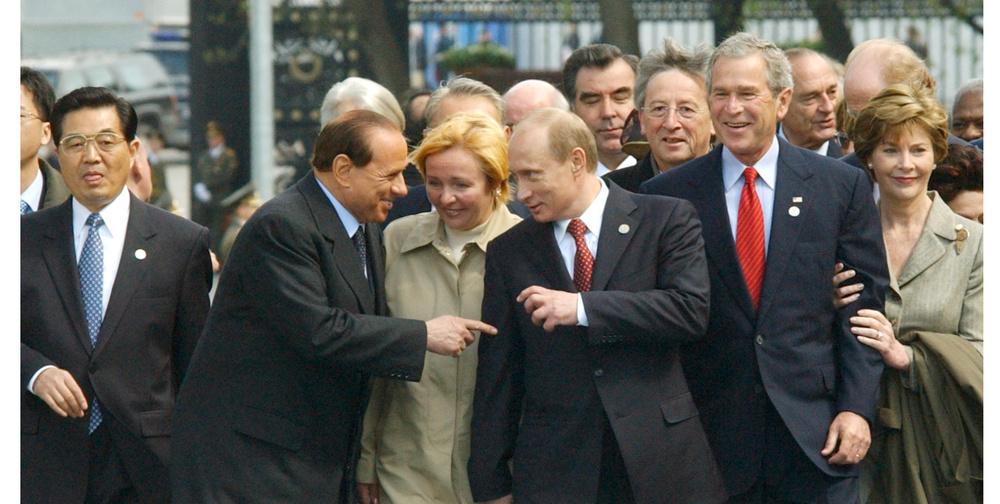 戦勝60年式典で、イタリアのベルルスコーニ首相(左から2人目)と談笑するロシアのプーチン大統領(同4人目