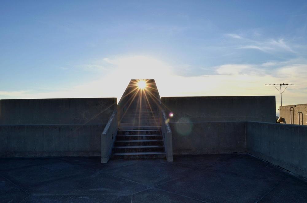 「慰霊の日」の6月23日、屋上の階段に夕日が差し込む(佐喜真美術館提供)