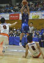 【青森―愛媛】第4クオーター、ワッツは會田圭佑(0)がシュートを決め、82―63とリードを広げる=20日、五所川原市民体育館