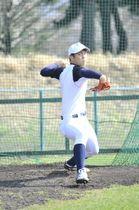 投球練習に励む八学大の高橋優貴=19日、八戸学院大グラウンド