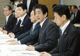 西日本豪雨の非常災害対策本部の会合に臨む安倍首相(右から2人目)=14日午前、首相官邸