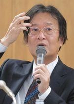 高級ブランド「アルマーニ」の制服を採用することを説明する和田利次・中央区立泰明小校長=9日、東京都中央区の同区役所で