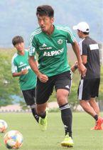 浦和戦で移籍後初ゴールを狙う松本山雅・阪野(中央)