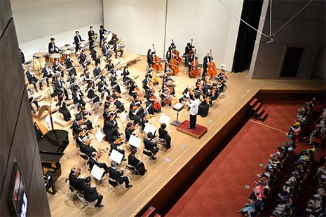 約70人のオーケストラは迫力満点
