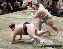 琴勇輝(右)に突き落としで敗れた阿武咲