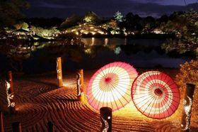 園内各地に仕掛けられた柔らかな光で幽玄な雰囲気を醸し出した後楽園。奥には照らされた岡山城が闇夜に浮かぶ