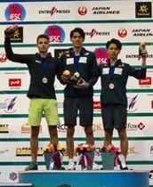 ジュニアボルダリングで優勝した楢崎明智(TEAM au、中央)=モスクワ、日本山岳・スポーツクライミング協会提供