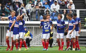 横浜M-FC東京 前半、先制ゴールを決め喜ぶ横浜Mイレブン=7日、日産スタジアムで