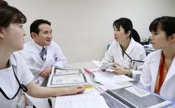 打ち合わせをする古井辰郎さん(左から2人目)、臨床心理士の伊藤由夏さん(同3人目)らがん・生殖医療外来スタッフ=岐阜市の岐阜大病院