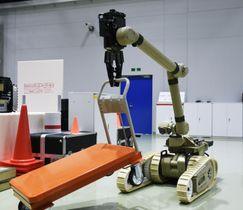 「美浜原子力緊急事態支援センター」で公開されたロボットアームを使った訓練=17日、福井県美浜町