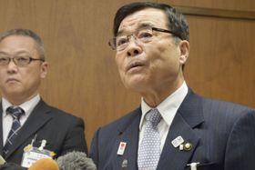 愛媛県今治市役所で記者団の取材に応じる菅良二市長(右)=16日午前