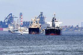 東京湾で錨泊している貨物船。台風15号では走錨して衝突する海難事故も発生した=9日午後0時20分ごろ、横浜港・南本牧ふ頭沖