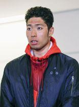 合宿先の米グアムから帰国し、取材に応じる競泳の萩野公介=12日、成田空港