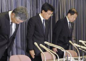 記者会見で謝罪する日本貨物航空の大鹿仁史社長(中央)ら=20日午後、国交省