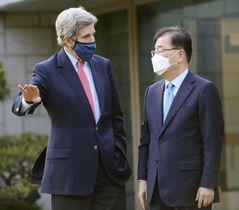 17日、ソウルで面会した米国のケリー大統領特使(左)と韓国の鄭義溶外相(韓国外務省提供・共同)