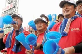 山口直哉投手の活躍を見守る父雅弘さん(中央)=西宮市の甲子園球場