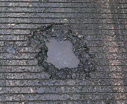 愛知県営名古屋空港の滑走路で見つかった、落雷が原因とみられる直径約30センチ、深さ約8センチの穴=19日午前