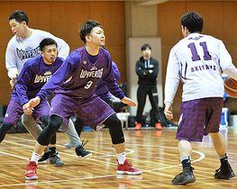 最終節を前にホームでの勝利を誓う主将の佐藤正成(右から2人目)=山辺町民総合体育館